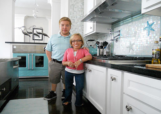 Picture of TLC's Little Couple in their kitchen
